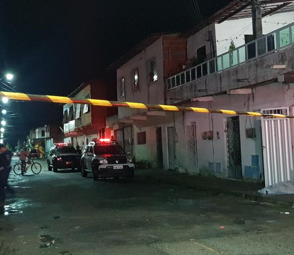 Vítima estava sem identificação e a polícia suspeita que o companheiro dela fosse o alvo dos suspeitos. — Foto: Rafaela Duarte/ SVM
