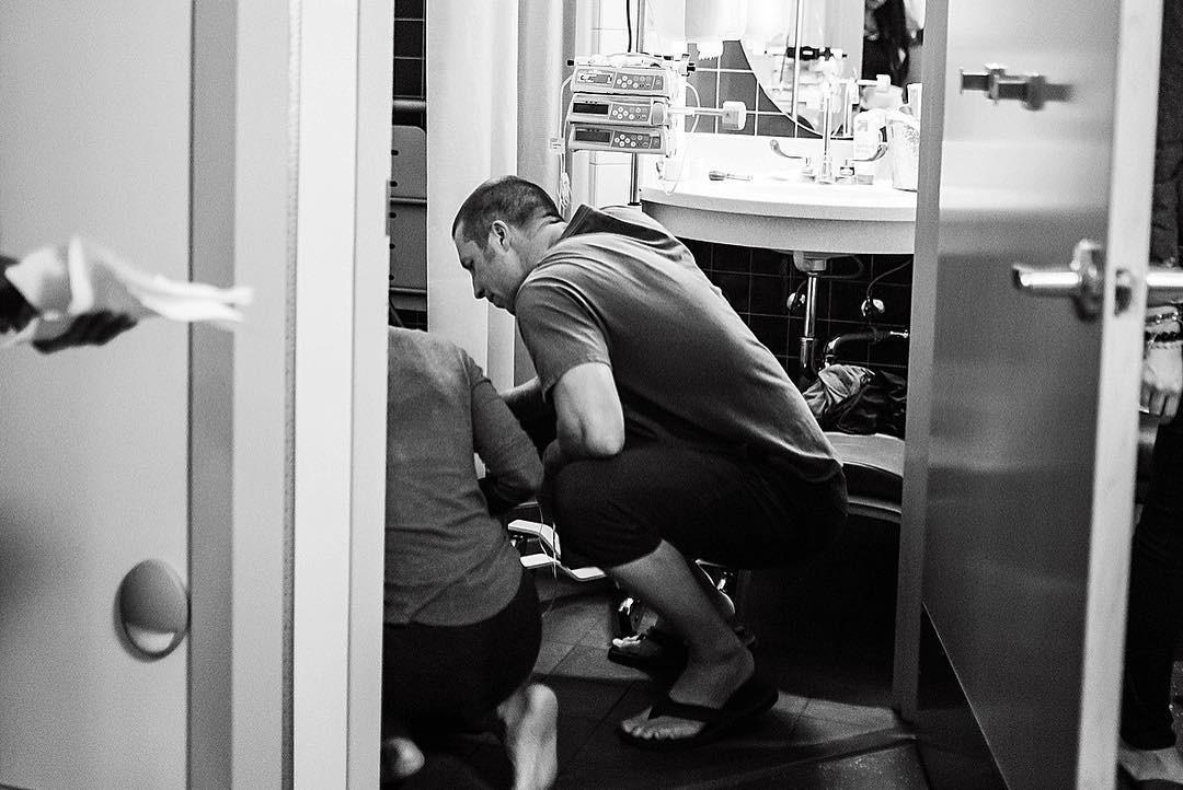 A menina passa mal durante a sessão de fotos (Foto: Reprodução / Instagram / Alicia Samone Photography)