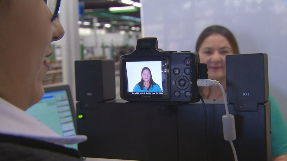 Poupatempo esclarece que nada impede a pessoa de sorrir em fotos do RG e CNH (Foto: Reprodução / TV TEM)