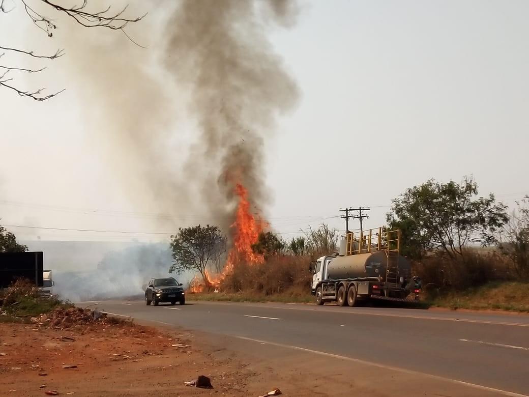 Corpo de Bombeiros é acionado para conter fogo ao lado de rodovia de Santa Bárbara d'Oeste - Notícias - Plantão Diário