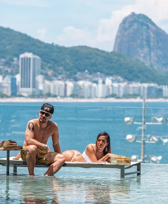 Ryan (Thiago Martins) e Sabrina (Anitta) em 'Amor de Mãe': namoro dos dois começou no hotel onde o filho de Lurdes (Regina Casé) está hospedado — Foto: Artur Meninea/Gshow Rio
