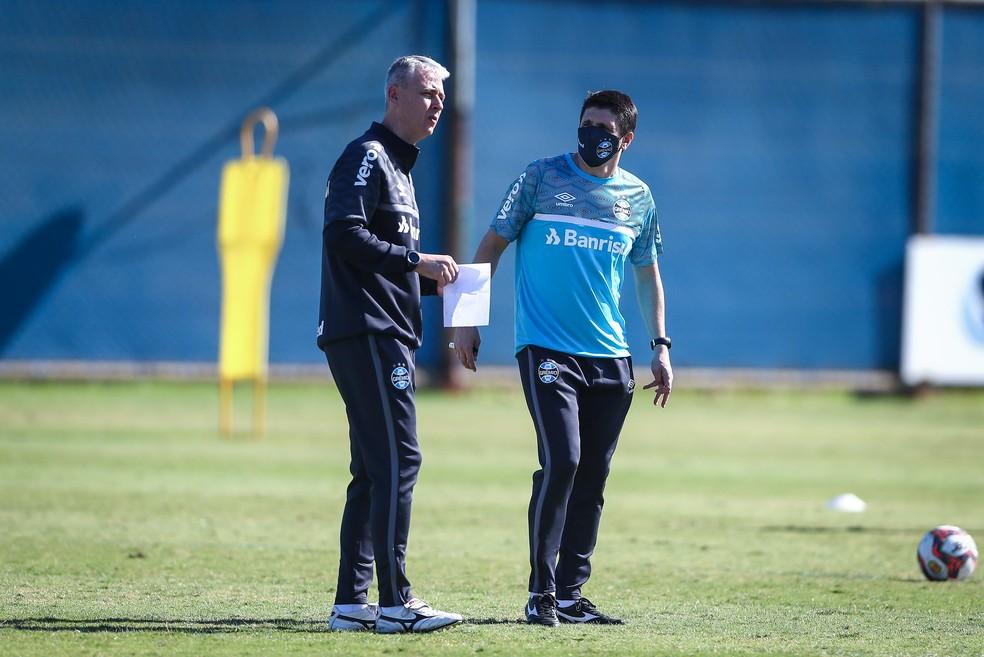 Auxiliar Evandro Fornari é um dos braços direitos de Tiago dentro e fora de campo — Foto: Lucas Uebel / Grêmio FBPA