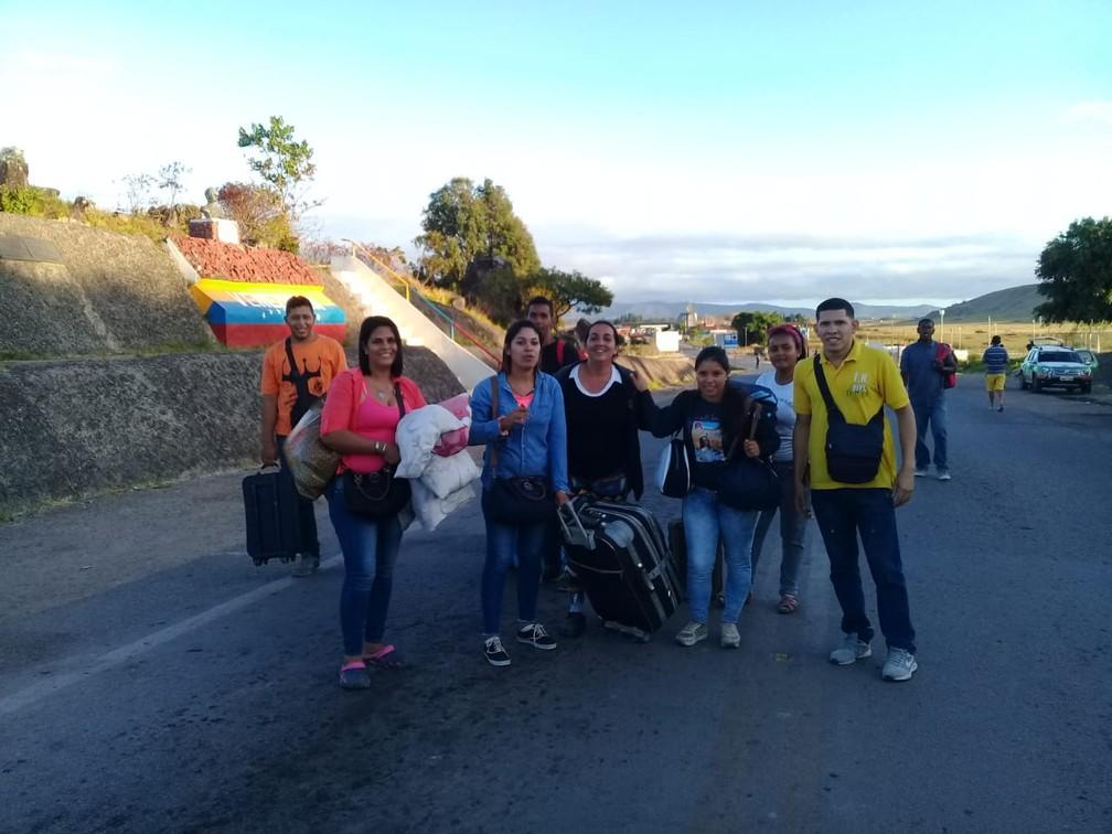 Diana Astudillo (de casaco azul claro), com grupo de venezuelanos que atravessou para o lado brasileiro por um caminho alternativo, as chamadas trincheiras — Foto: Alan Chaves/G1
