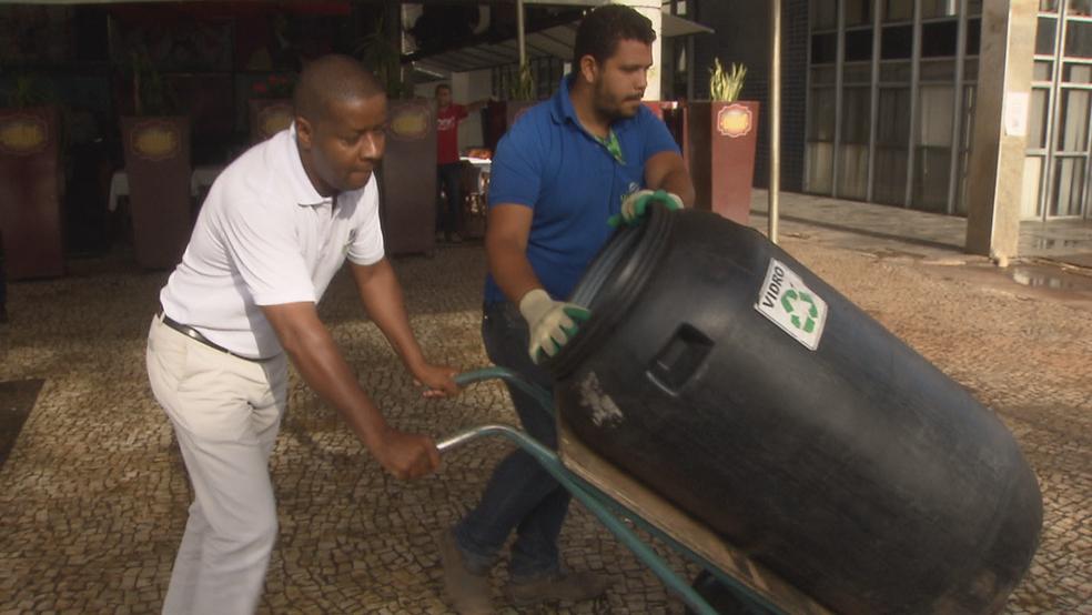 Vidro é recolhido em estabelecimentos do DF duas vezes na semana (Foto: Reprodução/TV Globo )