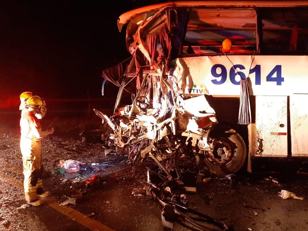 Frente de ônibus ficou destruída em colisão com carreta na BR-364 — Foto: Rômulo Azevedo/Arquivo Pessoal