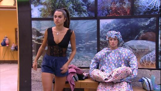 Paula troca de roupa e Jéssica aguarda no banheiro