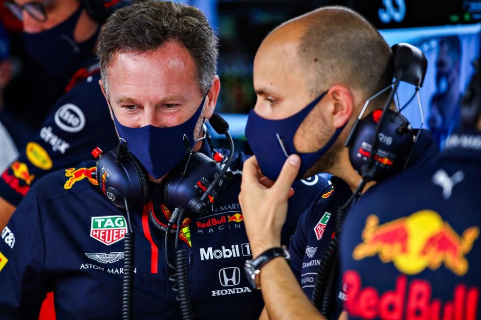 Christian Horner, chefe da RBR e o engenheiro de Verstappen, Giampiero Lambiase, no GP da Rússia  — Foto: Mark Thompson/Getty Images