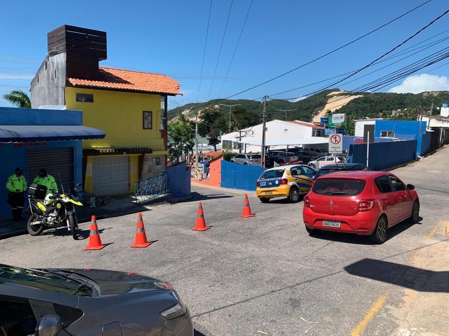 Via de acesso à orla de Ponta Negra é interditada para evitar aglomerações