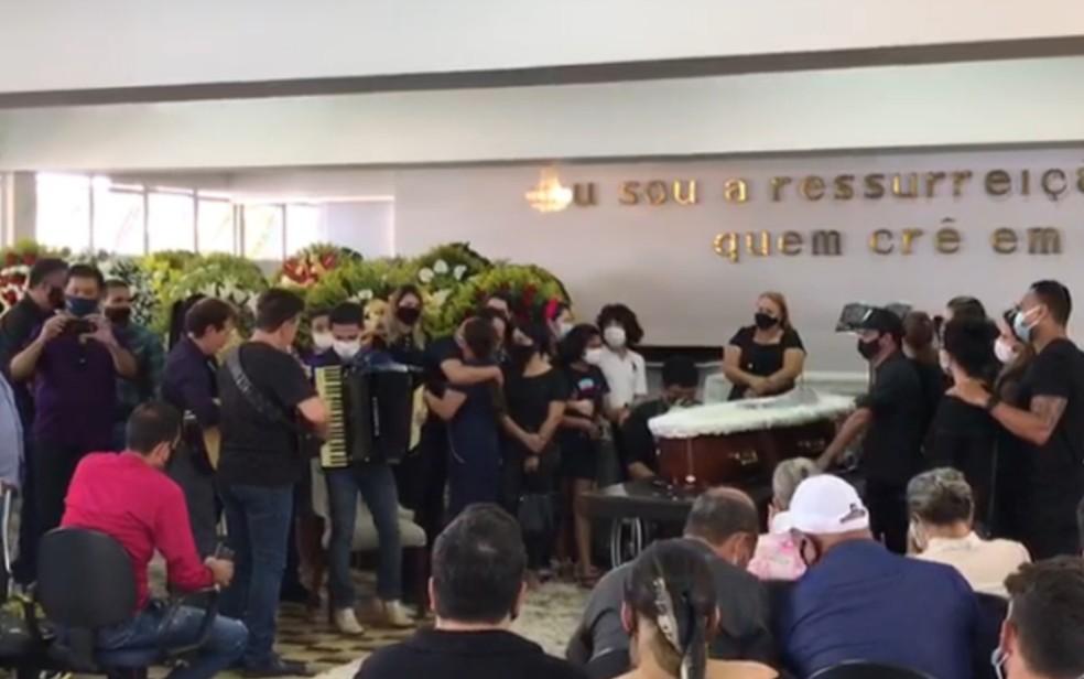 Zezé Di Camargo canta e toca sanfona durante velório do pai, Francisco Camargo — Foto: Vítor Santana G1
