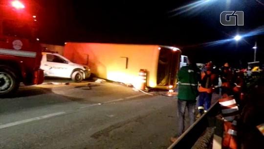 Dois ficam gravemente feridos após ônibus com 34 pessoas tombar na Tamoios