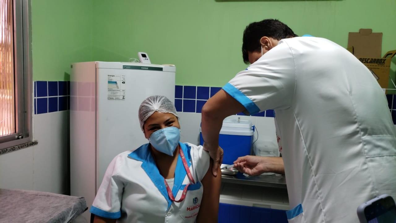Mais 8 profissionais da Saúde são imunizados contra a Covid-19 no segundo dia de vacinação em Maricá, no RJ