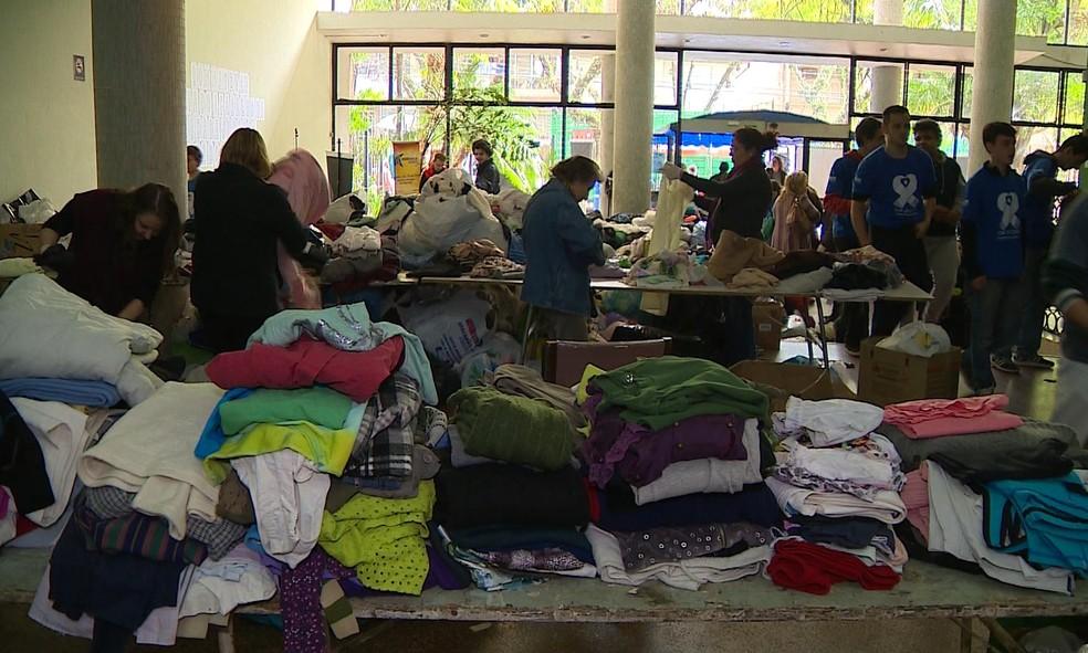 Em 2018, Campanha do Agasalho arrecadou 256 mil peças de roupas em Porto Alegre — Foto: Reprodução/RBS TV