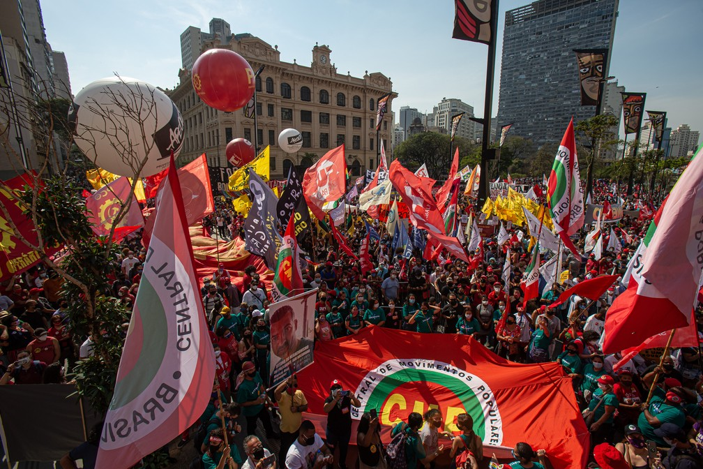 Manifestantes protestam contra o governo Jair Bolsonaro (sem partido) no Vale do Anhangabaú, na região central de São Paulo, na tarde desta terça- feira, 7 de setembro de 2021 — Foto: Taba Benedicto/Estadão Conteúdo