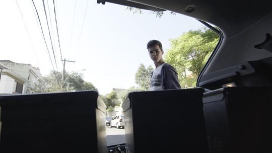 Yuri vê carga de Bibi no carro de Rubinho