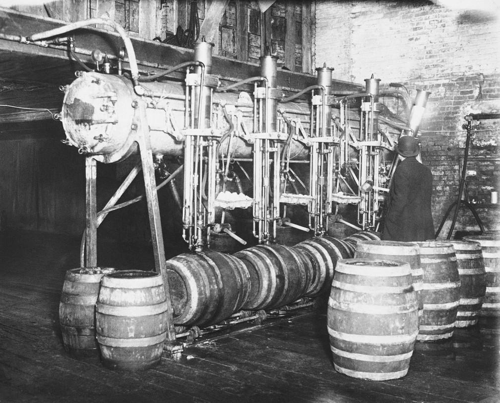 Agentes apreendem 7 mil barris de cerveja em uma batida em Newark, na Califórnia, em 21 de março de 1931 — Foto: AP Photo, File