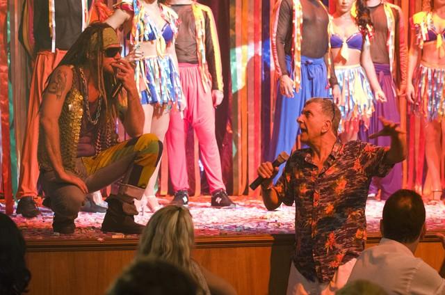 Jorge Fernando com Emilio Dantas nas gravações de 'Verão 90' (Foto: Cesar Alves/ TV Globo)