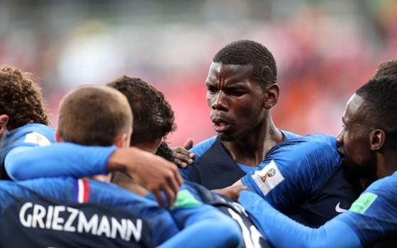 A França comemora. A seleção venceu o Peru e se classificou para as oitavas de final da Copa do Mundo de 2018 (Foto: Getty Images)