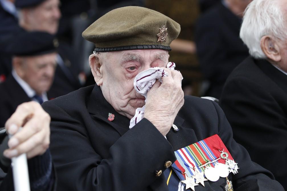 Veterano da Segunda Guerra Mundial enxuga os olhos durante as celebrações do Dia D em Portsmouth, na Inglaterra, nesta quarta-feira (5). — Foto: Alex Brandon/AP