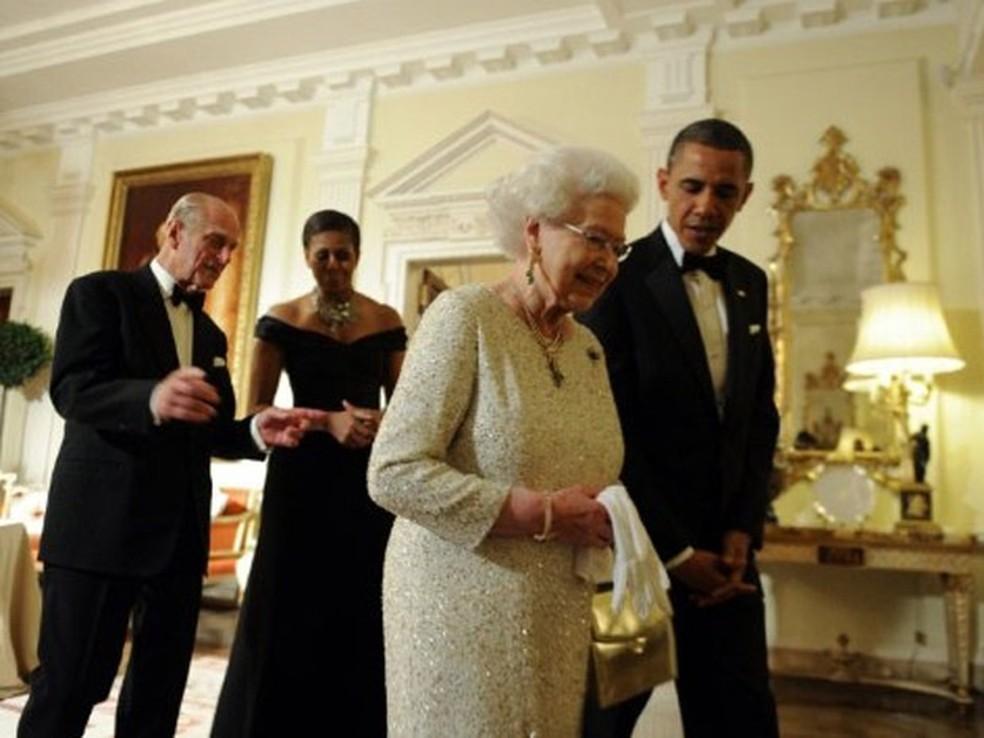 O presidente dos EUA, Barack Obama, recepciona a rainha Elizabeth II, enquanto a primeira-dama Michelle Obama conversa com o príncipe Philip — Foto: Jewel Samad / AFP
