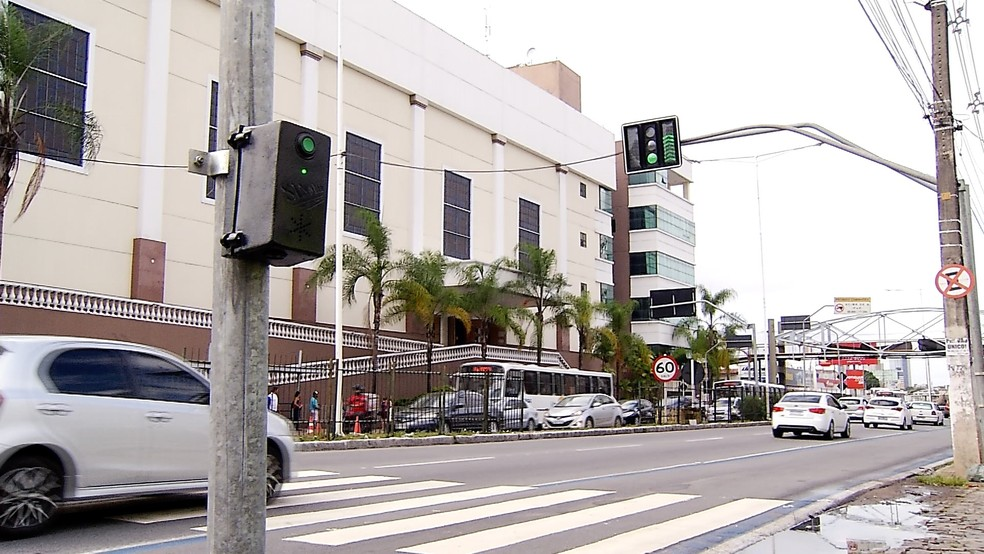 Semáforo instalado na Avenida Senador Salgado Filho dividiu opiniões entre motoristas e pedestres — Foto: Reprodução/Inter TV Cabugi