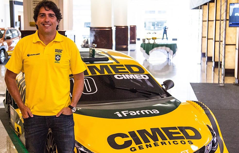 Cacá Bueno com o carro número 0 que vai dividir com Felipe Massa (Foto: Bruno Terena/Divulgação)
