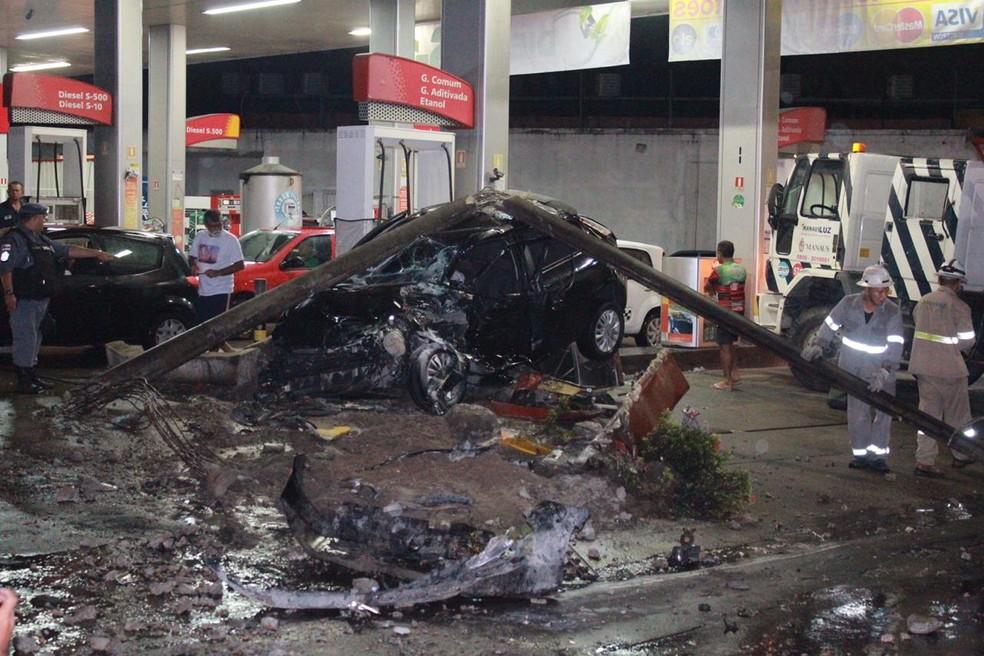 Motorista perde controle de ônibus, invade contramão e bate em dois carros no Coroado