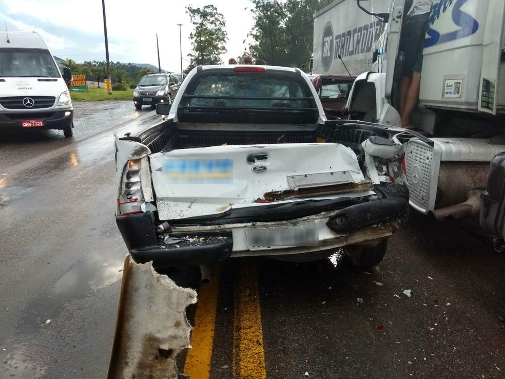 Seis veículos se envolveram em engavetamento em Rio do Sul na tarde desta segunda-feira (4) (Foto: PRF/Divulgação)