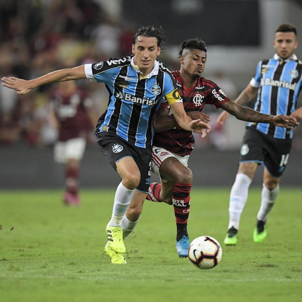 Geromel em ação contra o Flamengo, último jogo de Libertadores que esteve ao lado de Kannemann — Foto: Rogério Lacanna