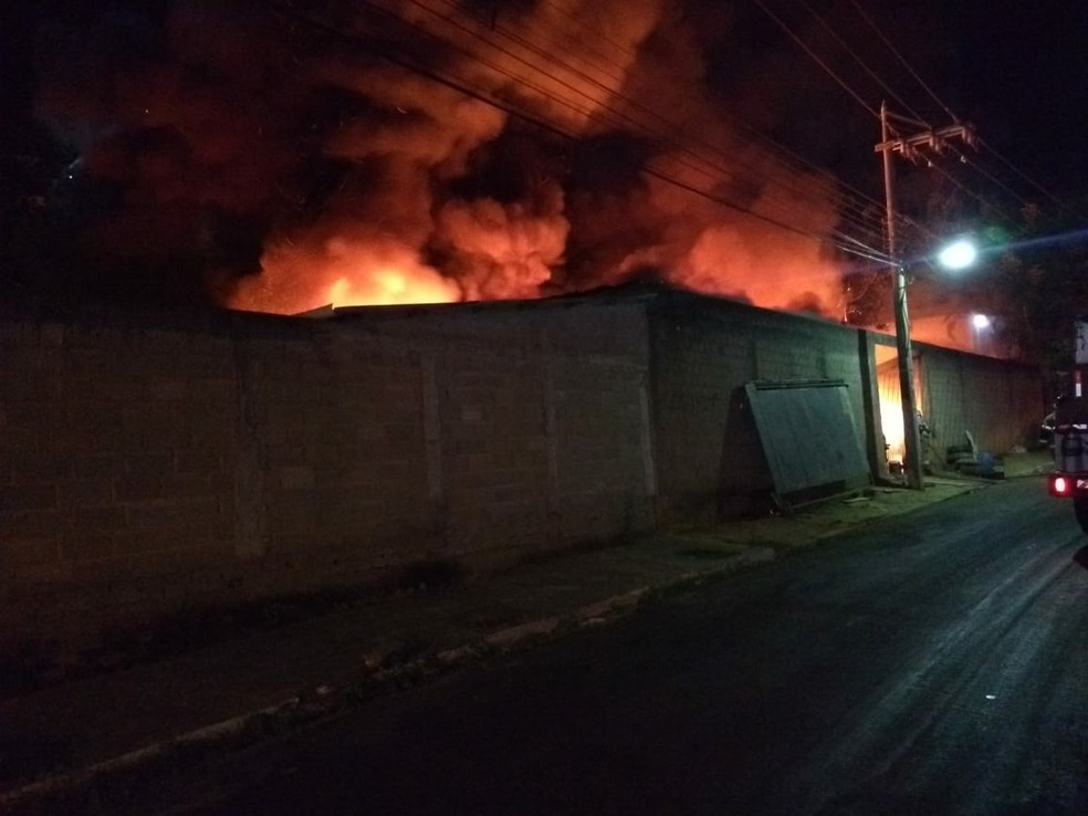Incêndio começou por volta das 4h40 — Foto: Divulgação/Corpo de Bombeiros