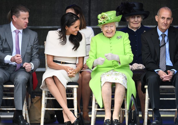 WIDNES, CHESHIRE, ENGLAND - JUNE 14:  Queen Elizabeth II laughs with Meghan, Duchess of Sussex during a ceremony to open the new Mersey Gateway Bridge on June 14, 2018 in the town of Widnes in Halton, Cheshire, England. Meghan Markle married Prince Harry  (Foto: Getty Images)