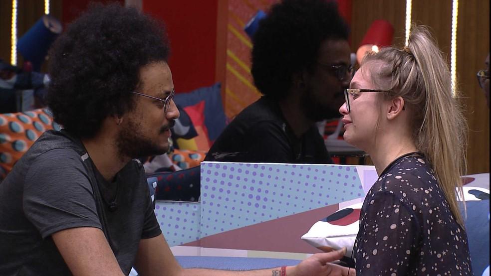 Carla Diaz chora enquanto conversa com João Luiz — Foto: Globo