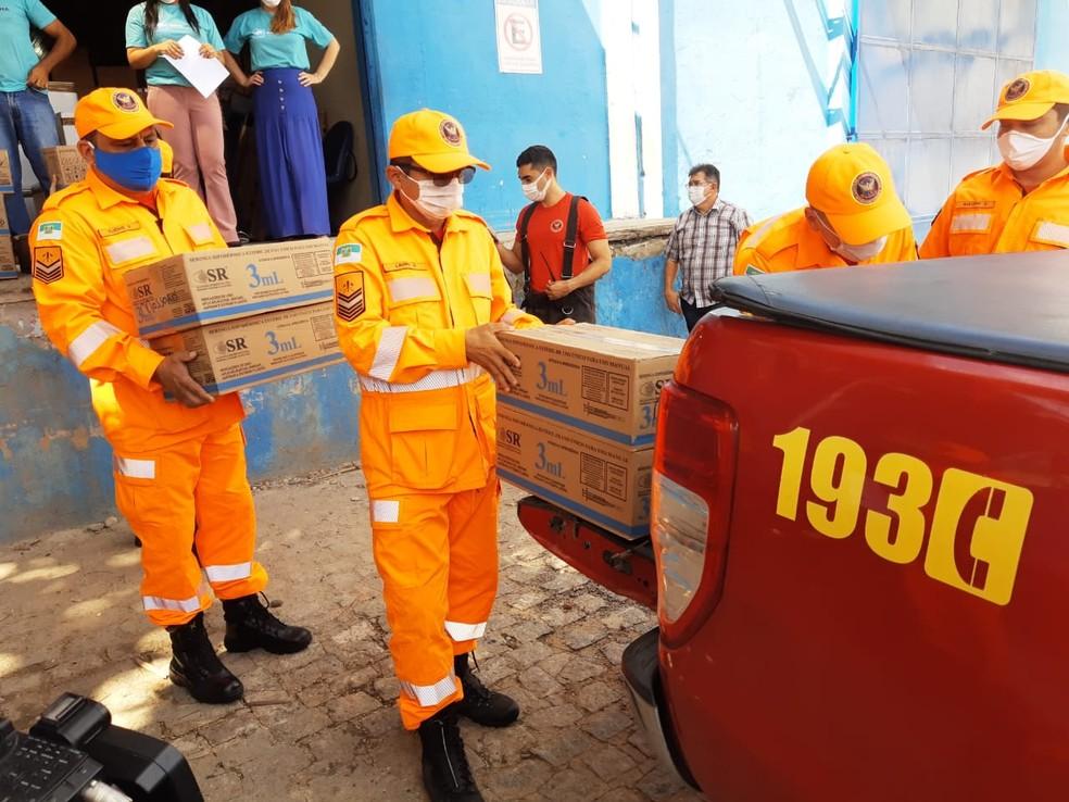 Bombeiros do RN preparam transporte de vacinas para distribuição a municípios do RN.  — Foto: Lucas Cortez/Inter TV Cabugi