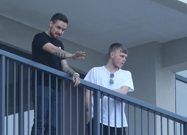 Liam Payne faz show em sacada de hotel (Foto: Dilson Silva / AgNews)