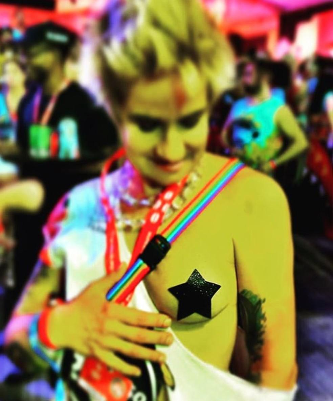 Lan Lanh, esposa de Nanda Costa, posta foto com adesivo no peito e pede respeito em carnaval de Salvador — Foto: Reprodução/Redes sociais