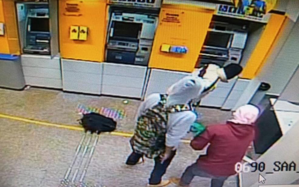 Câmera de monitoramento registra quando criminosos invadem banco — Foto: Divulgação/Polícia Militar
