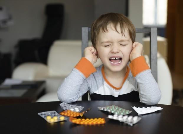 criança; comprimidos; remédios; chorando (Foto: Thinkstock)