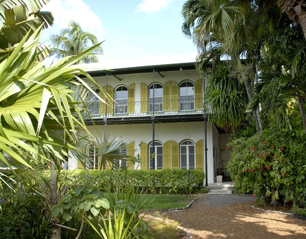 """Image shows Ernest Hemingway's house in Key West, Florida, USA with plants in foreground"" (Foto: Getty Images/iStockphoto)"