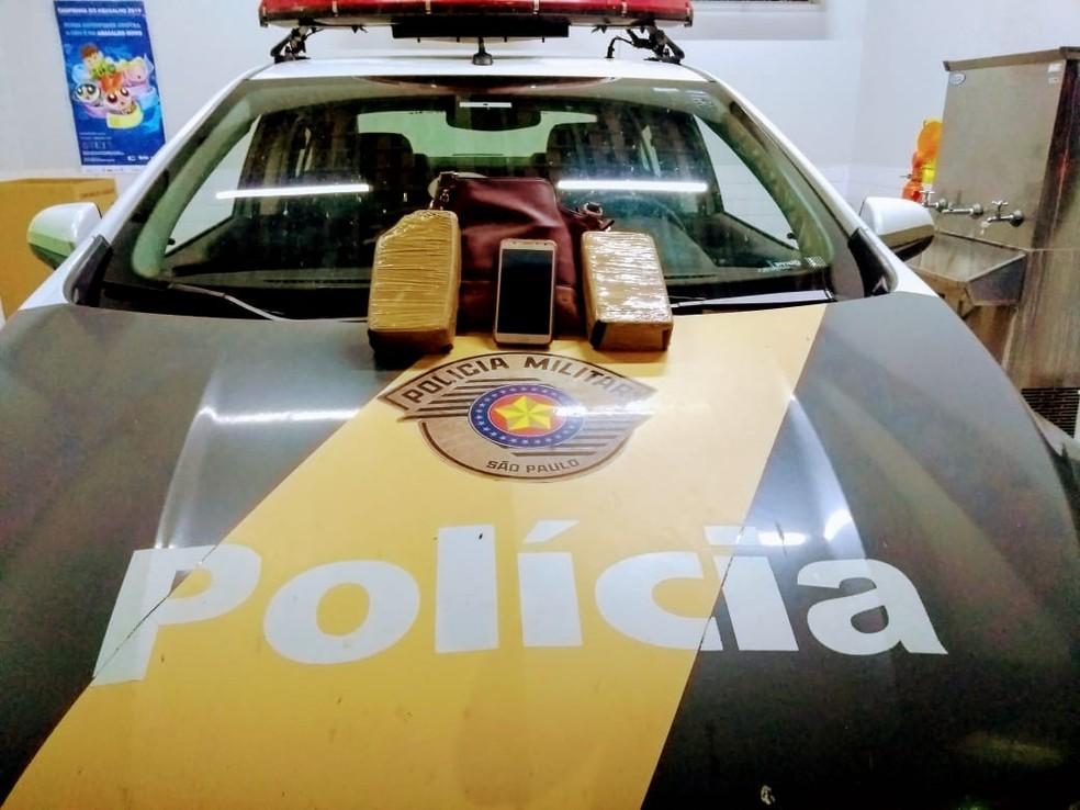 Polícia Rodoviária encontrou uma bolsa com dois tabletes de crack em ônibus em Marília — Foto: Polícia Rodoviária/Divulgação