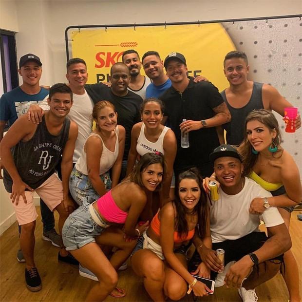 Anitta com amigos e o namorado, Ronan (de boné preto) (Foto: Reprodução/Instagram)