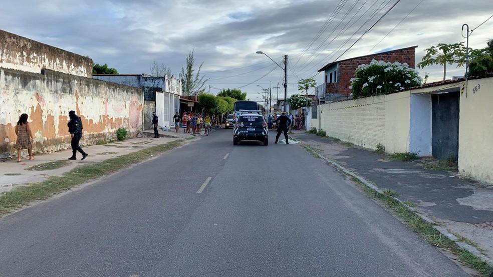 Um jovem de 20 anos foi morto a tiros na Rua Maria Quintino, no Parque Santa Maria, na Grande Messejana, na tarde desta quinta-feira (26). — Foto: Paulo Sadat/ SVM
