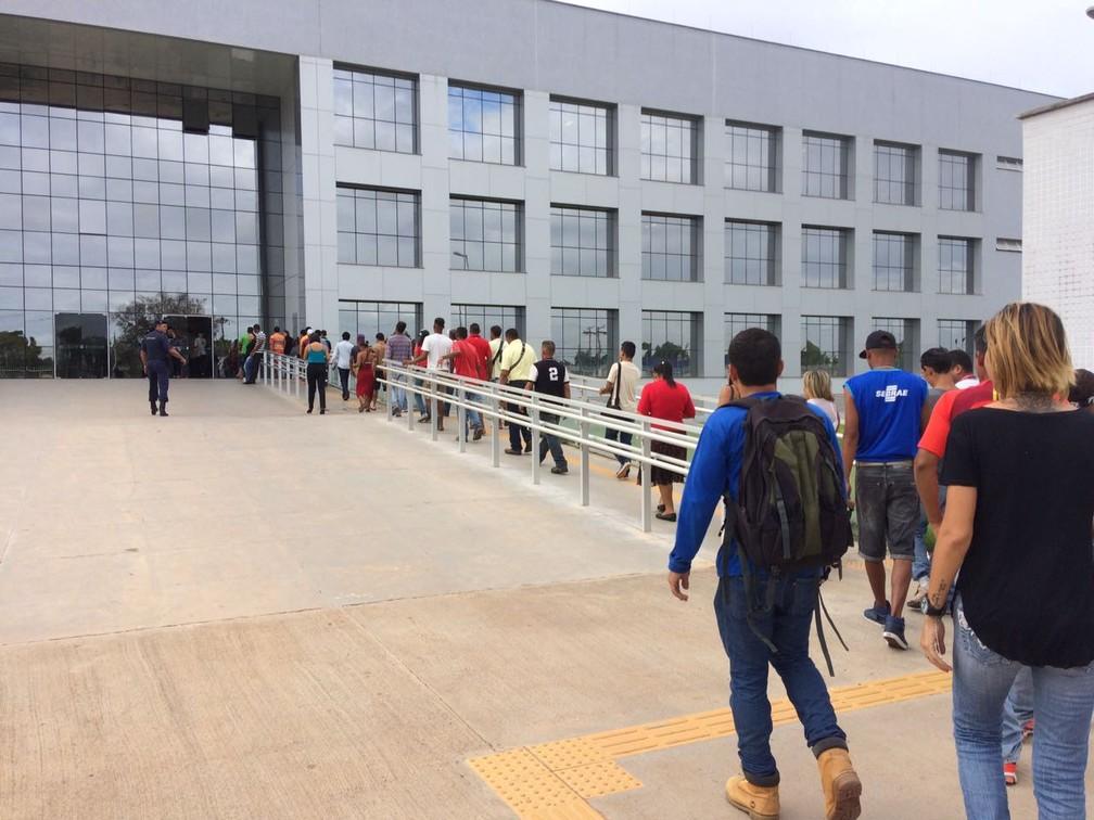 Venezuelanos fazem fila para receber atendimento na sede da Polícia Federal em Boa Vista (Foto: Emily Costa/ G1 RR/Arquivo)