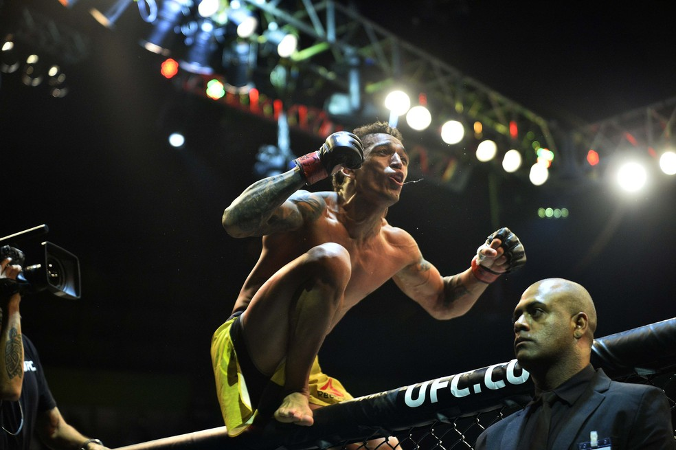 Charles do Bronx festeja UFC São Paulo — Foto: Marcos Ribolli