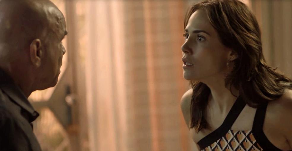 Rosa usa passado de Galdino para arrancar informação sobre Laureta e Karola (Foto: TV Globo)