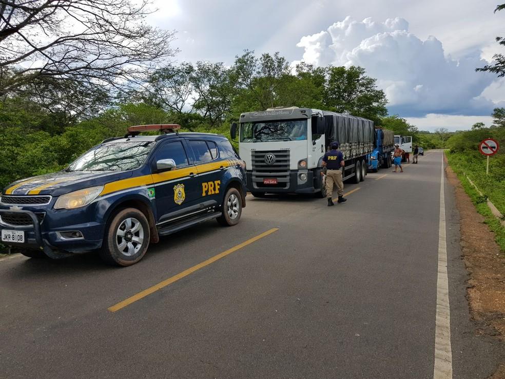 Caminhões e toda a carga foram apreendidos (Foto: Divulgação/PRF)