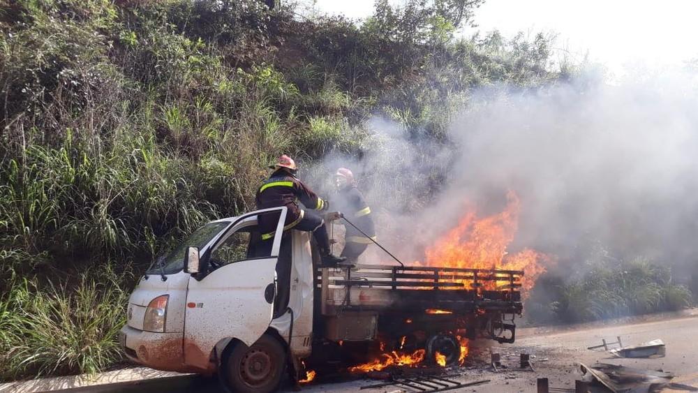 Veículo pega fogo em rodovia no Centro-Oeste de MG 47153092-2074778899235517-8557898753061683200-n