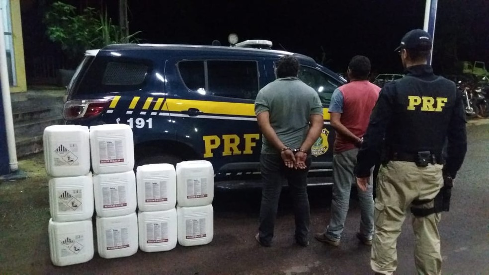 Homens foram detidos por transportar ilegal de produtos tóxicos — Foto: Divulgação/PRF