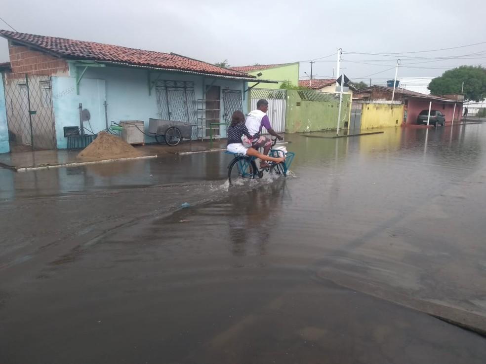 Rua Estivas, no conjunto Gramoré, Zona Norte de Natal, ficou alagada após a chuva — Foto: Marcelo Henrique/cedida