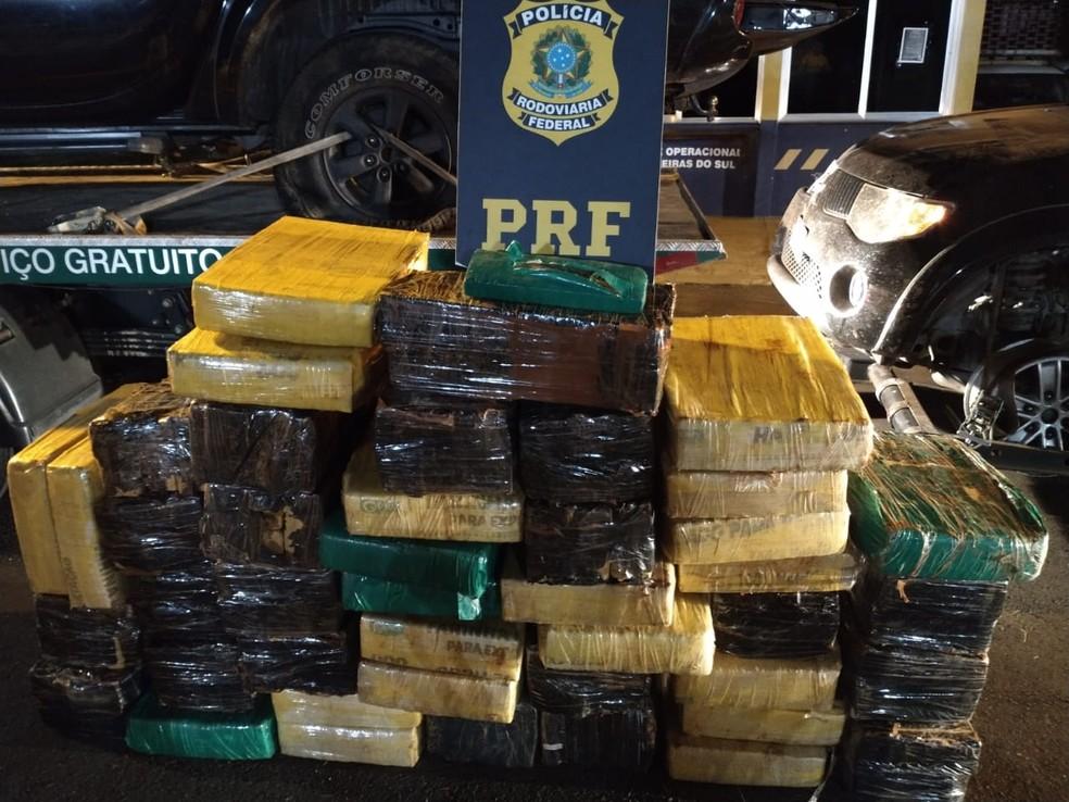 Suspeitos fugiram após a abordagem e abandonaram a droga em duas caminhonetes  — Foto: Divulgação/PRF