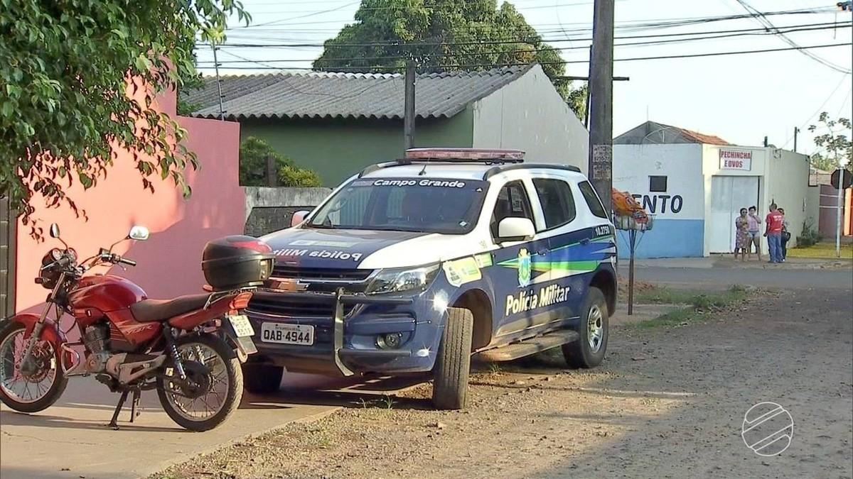 Casal é baleado na porta de casa ao sair para o trabalho em Campo Grande