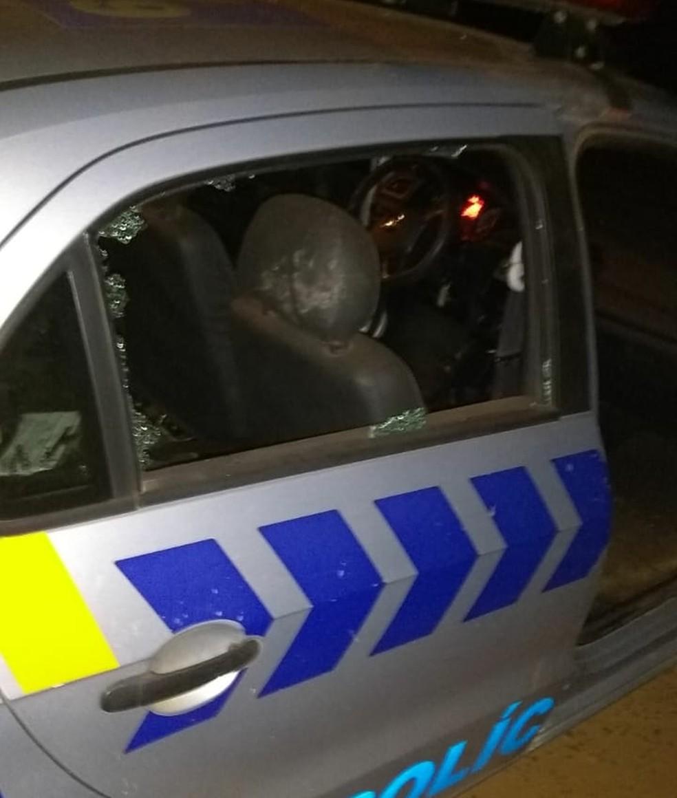 Carro da polícia foi danificado por suspeitos (Foto: Divulgação)
